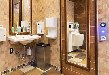 オストメイトに配慮した水栓と、通常の洗面台を併設しているレストルームの写真