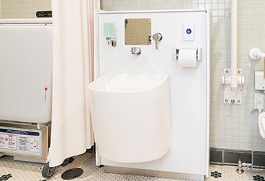 オストメイトに配慮した水栓が設置されたレストルームの写真