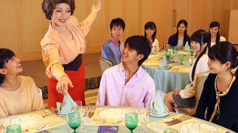 『アット・ザ・テーブル』 ミセス・ディッシュのテーブルマナーレッスンの画像