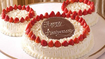 お祝い用のケーキや花束、お子様用メニュー、記念写真などのイメージ