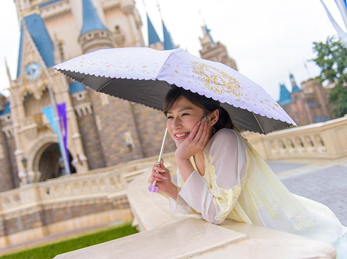 เที่ยวชมสวนสนุกในวันฝนตกกับอุปกรณ์กันฝนดีไซน์ออริจินอล!